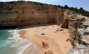 Covid-19: Governo aprova regras de acesso e ocupação das praias com alterações