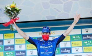 Volta ao Algarve: Bennett volta a vencer ao 'sprint' e Hayter segue líder
