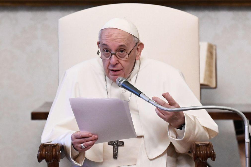 Covid-19: Papa pede suspensão temporária dos direitos das vacinas