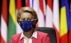UE assina contrato com a Pfizer para comprar 1,8 mil milhões de doses de vacinas