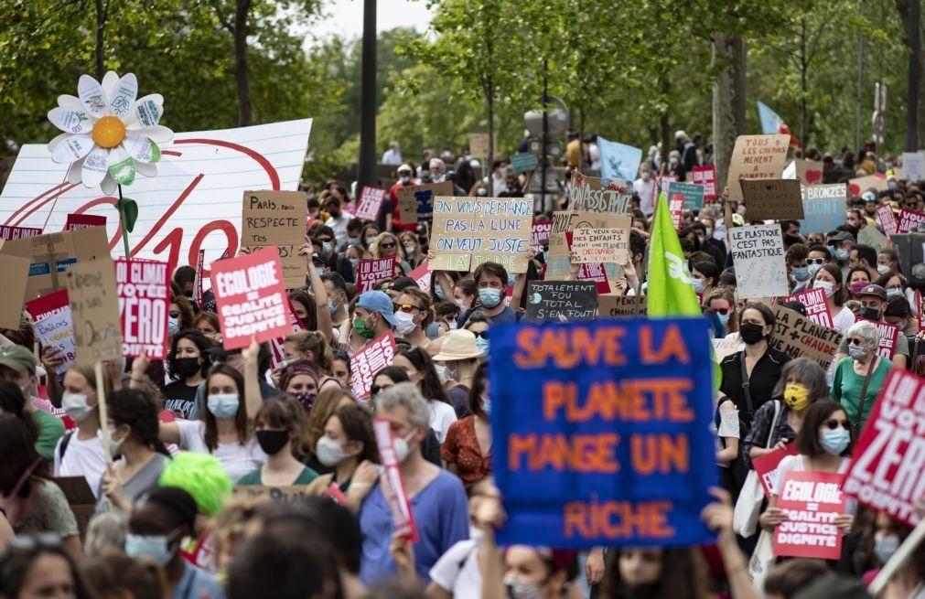 Dezenas de milhares de manifestantes desfilam em França em defesa do clima