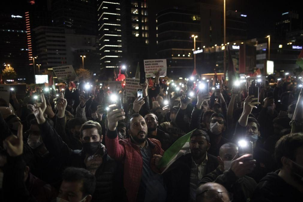 Milhares de pessoas protestam em Istambul contra a ocupação israelita de Jerusalém