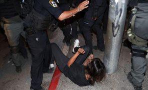 Mais de 300 palestinianos feridos em confrontos com polícias em Jerusalém