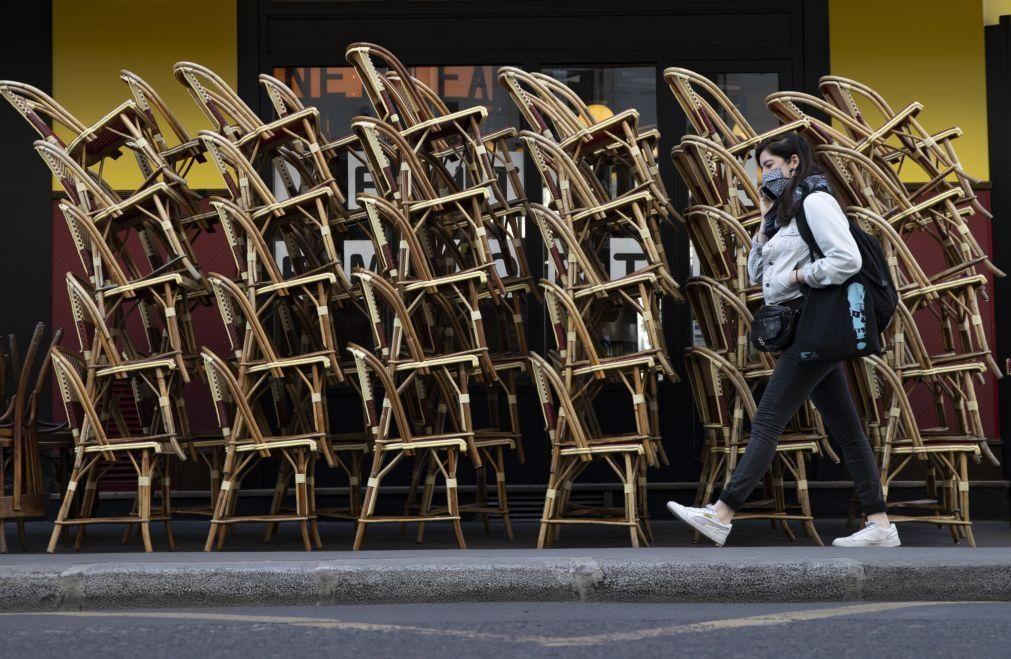 Covid-19: Bares e restaurantes em França abrem esplanadas a meio gás
