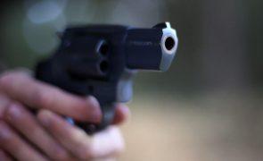 Polícia detido por balear cidadão que não usava máscara