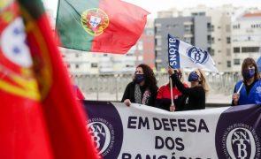 Cerca de 100 bancários protestam em Lisboa contra despedimentos anunciados pelo Santander