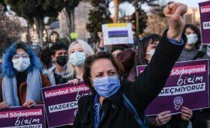 Treze países pedem à Turquia para voltar à convenção contra violência de género