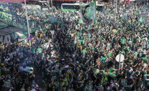 Milhares de adeptos junto ao Estádio do Sporting sem respeitar distanciamento