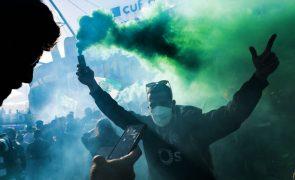 Enorme nuvem de fumo verde na chegada da equipa do Sporting a Alvalade