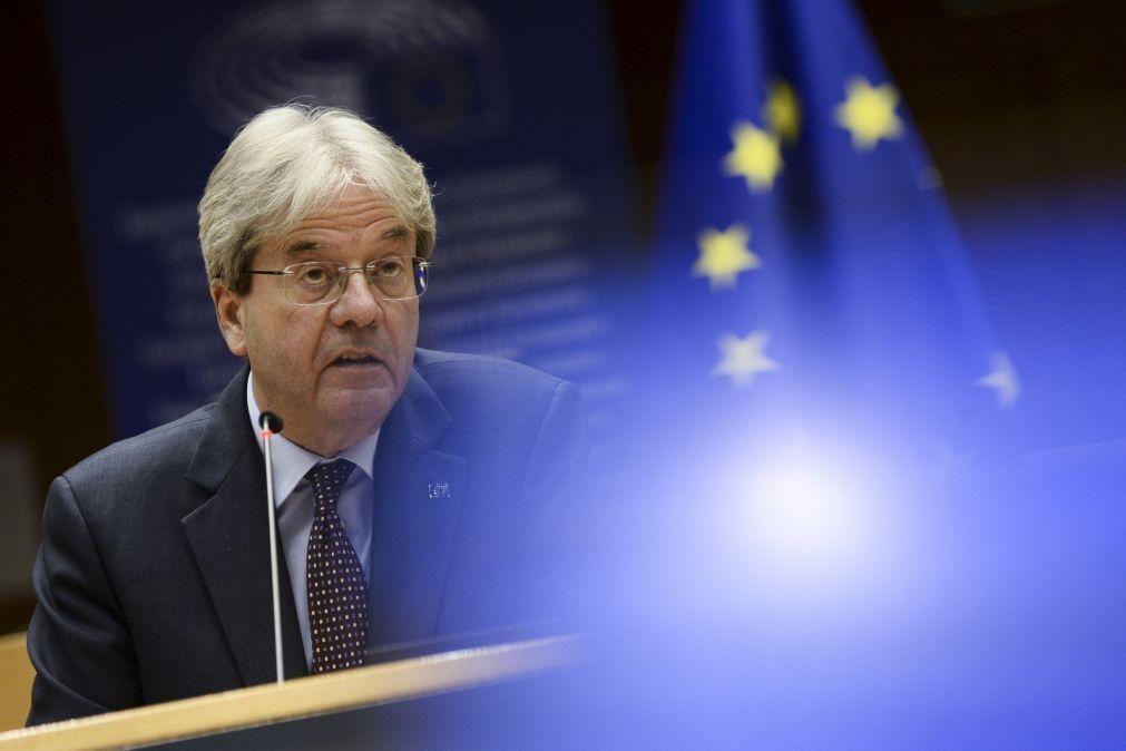 UE/Previsões: Gentiloni diz que ritmo de vacinação permite projeções económicas mais risonhas