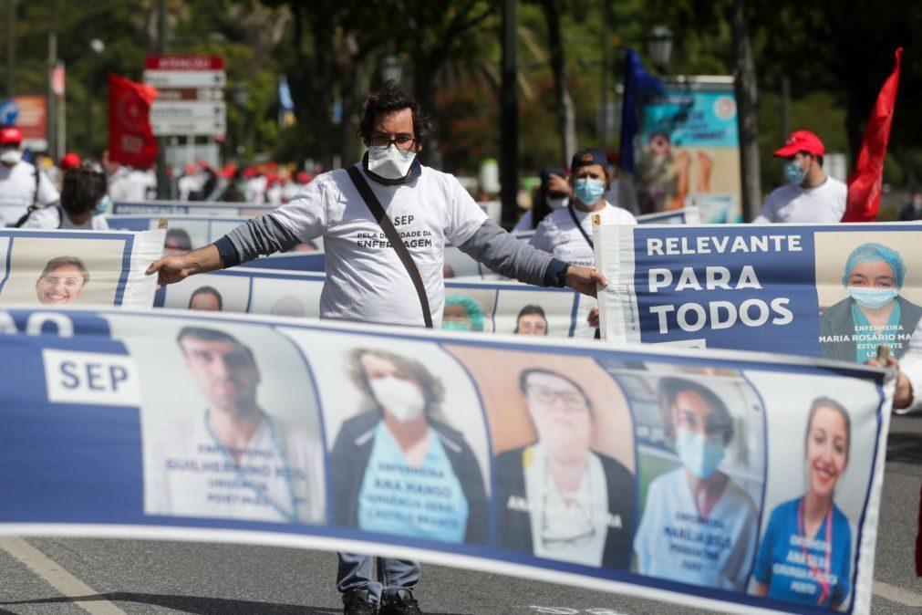 Cerca de três centenas de enfermeiros exigem mais direitos em manifestação em Lisboa