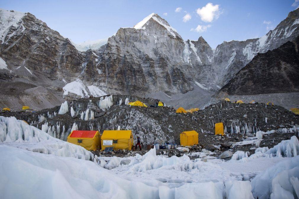 Dois alpinistas morrem durante escalada ao Evereste