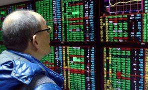Bolsa de Xangai encerra a cair 0,96%