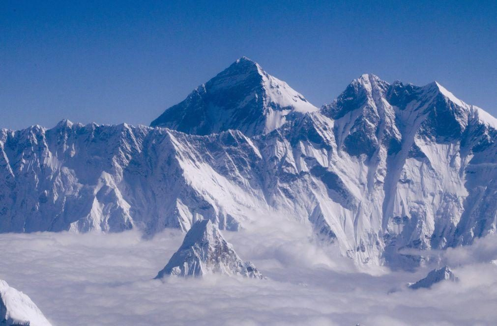 Covid-19: China cancela subidas ao Evereste por receio de casos vindos do Nepal