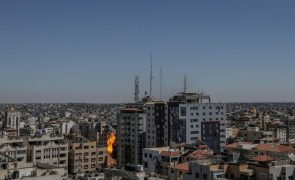 Israel destrói edifício que albergava meios de comunicação em Gaza