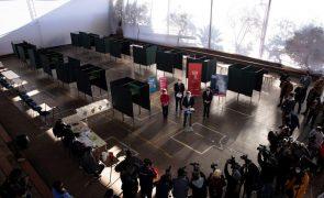 Chile abre secções de voto para eleições constituintes históricas no país