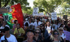 Covid-19: Marcha contra restrições sanitárias reúne centenas em ruas de Lisboa
