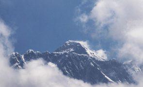 Covid-19: Expedição internacional deixa Everest devido ao aumento de casos