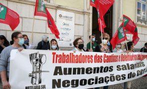 Greve dos trabalhadores das cantinas e refeitórios com adesão de 80%, segundo o sindicato