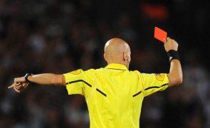 Aperto de mão simboliza respeito e será usado pelos árbitros nas camisolas