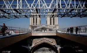 Polícia de Paris encerra praça da Notre-Dame por alta concentração de chumbo
