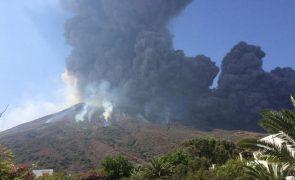 Vulcão na ilha italiana de Stromboli liberta rochas e cinzas [vídeo]