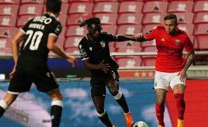 Benfica empata em Guimarães ao intervalo e perde Veríssimo por lesão [vídeo]