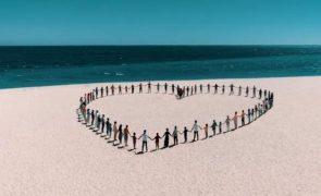 O videoclipe do hino cantado por Ivo Lucas e pela filha de Tony Carreira