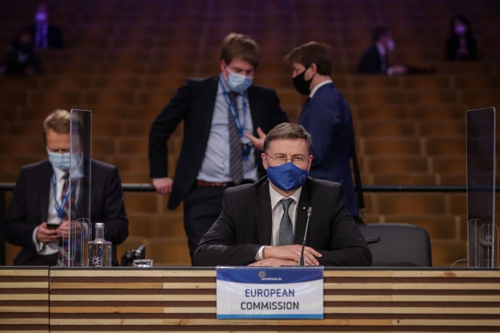 Políticas devem contribuir para reduzir emissões - Dombrovskis