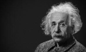Carta com teoria da relatividade de Einstein leiloada por 1 milhão de euros
