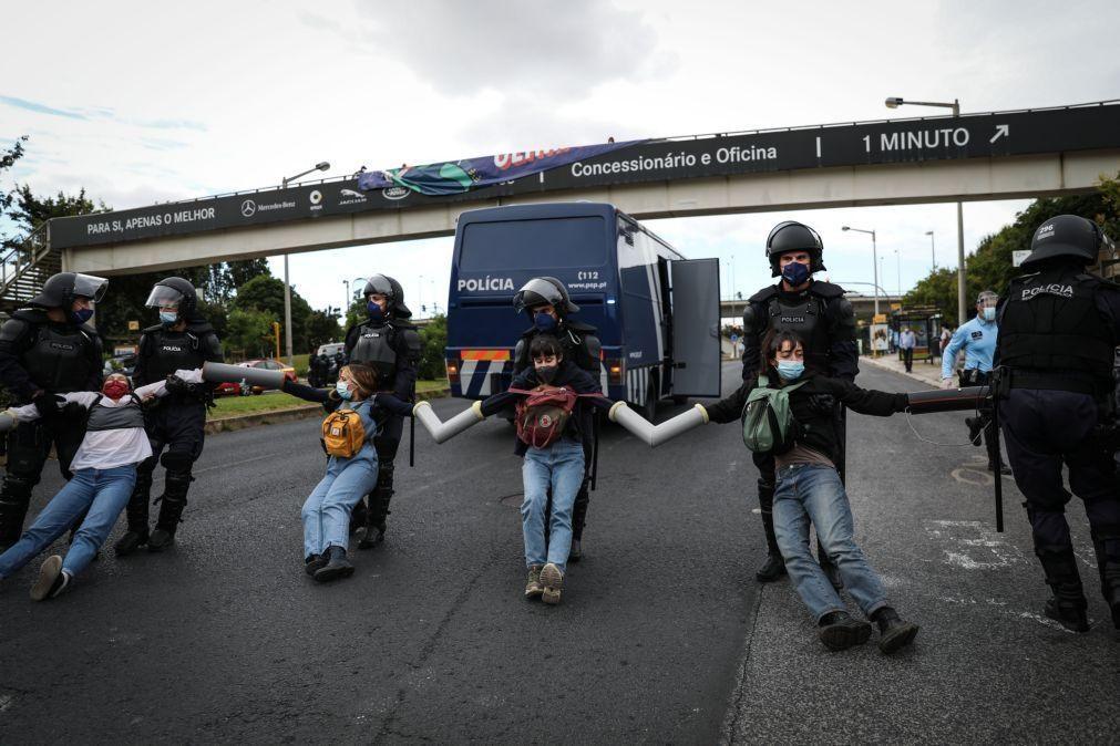 Clima: Manifestantes contra aviões cortam trânsito junto a aeroporto de Lisboa