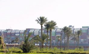 Tribunal Egipcio mantém retido porta-contentores que bloqueou Canal de Suez