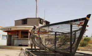 Barco inspirado em ponte dos namorados de Paris leva esperança a bairro de Cabo Verde