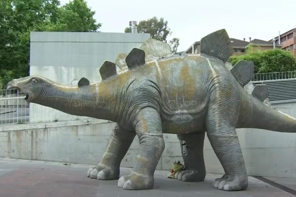 Corpo de homem encontrado dentro de estátua de dinossauro [vídeo]