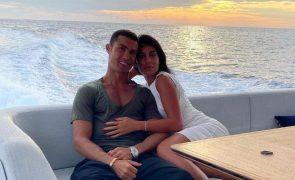 Cristiano Ronaldo joga com fotografia de Georgina Rodríguez escondida