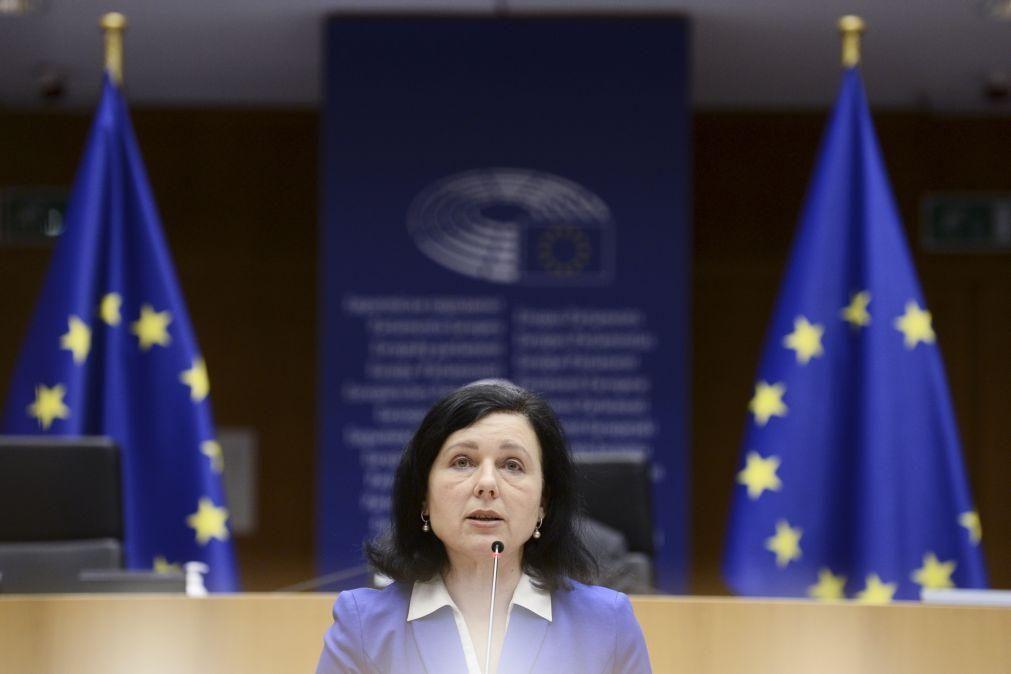 Fake News: Bruxelas quer utilizadores a rotularem informação