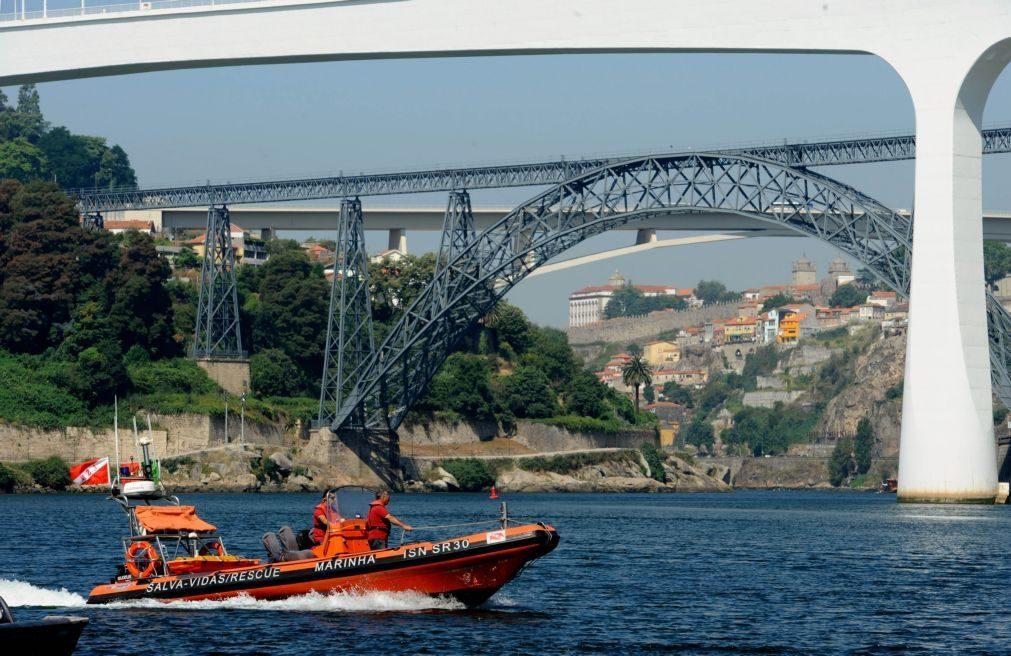 Duas munições de morteiro encontradas na margem do rio Douro em Gaia