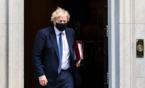 Covid-19: Boris Johnson garante que tentou