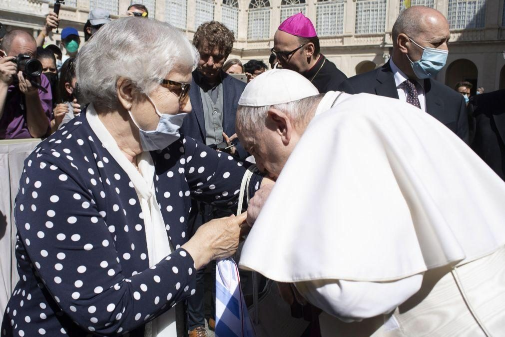 Papa Francisco beija a tatuagem de uma sobrevivente do Holocausto