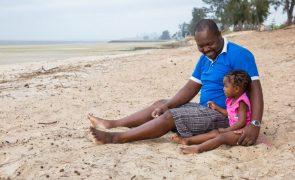 Covid-19: Moçambique reabre praias, pré-escolar e alivia horários