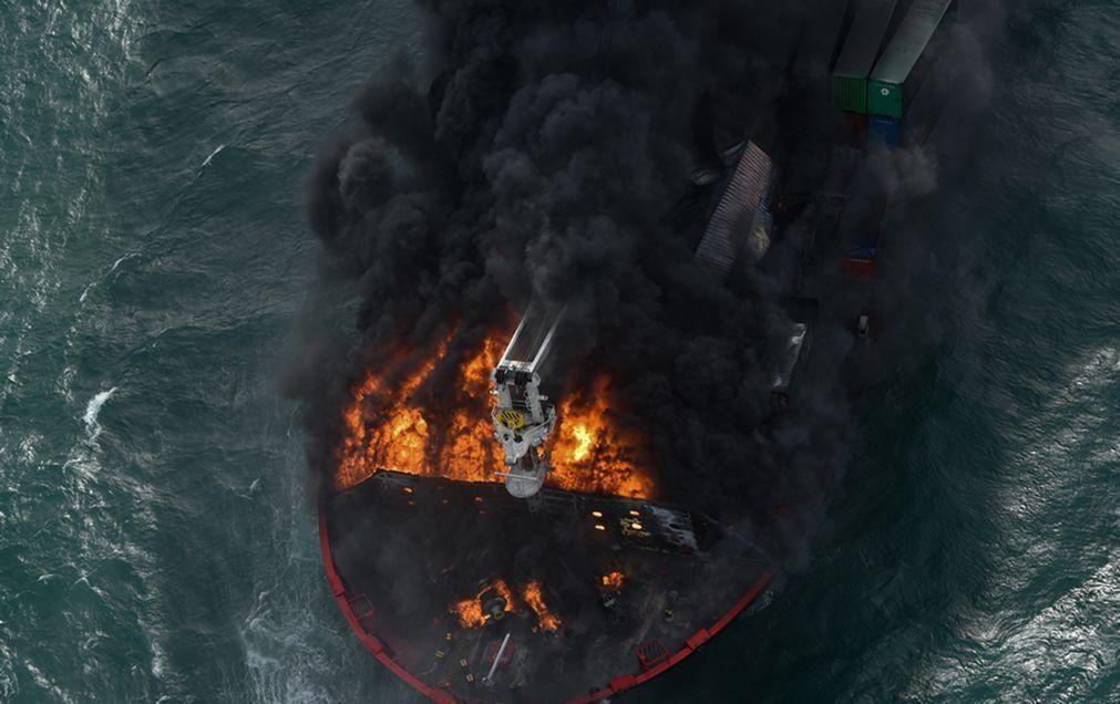 Europa junta-se aos esforços para salvar navio em chamas no Índico
