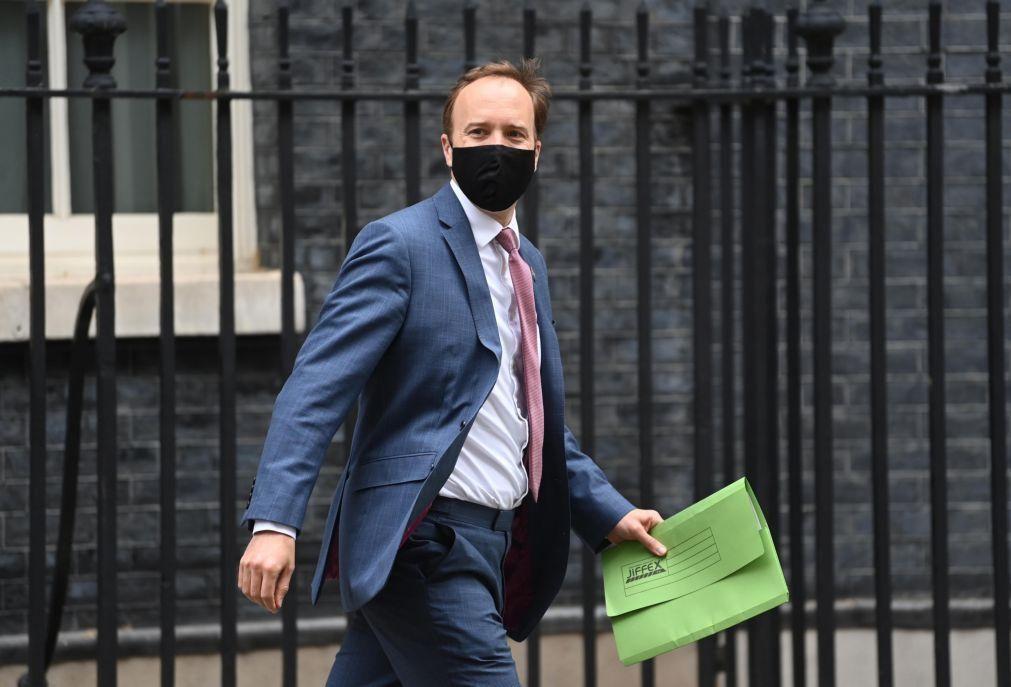 Covid-19: Ministro da Saúde britânico rejeita acusação de mentir sobre pandemia