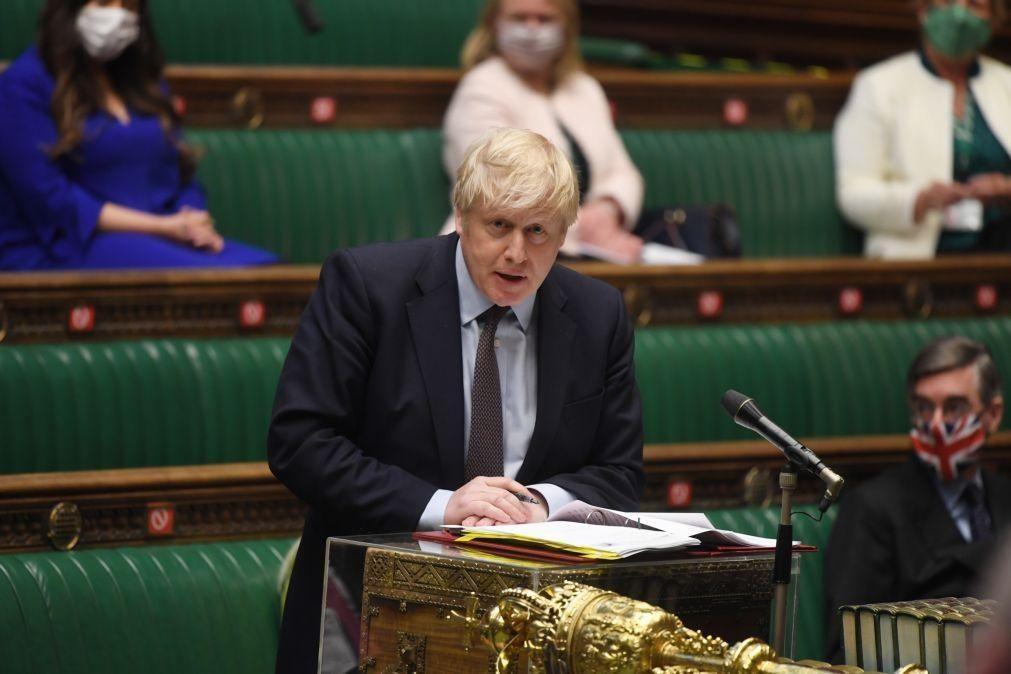 Covid-19: Governo britânico admite atrasar levantamento de restrições