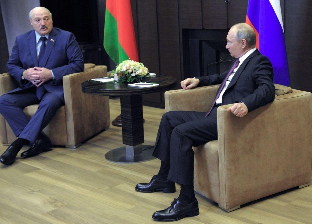Lukashenko reúne-se com Putin e acusa Ocidente de tentar