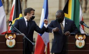 Covid-19: Presidente francês defende reforço de produção de vacinas na África do Sul