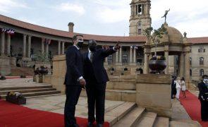 Covid-19: PR sul-africano diz que África não pode continuar à espera da vacina