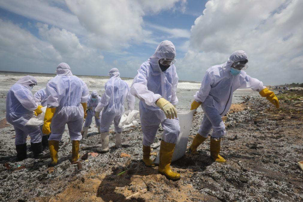 Toneladas de plástico libertadas pelo fogo em navio ameaçam praias do Sri Lanka