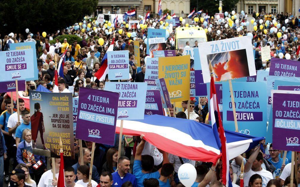 Milhares de manifestantes antiaborto realizam protesto na Croácia