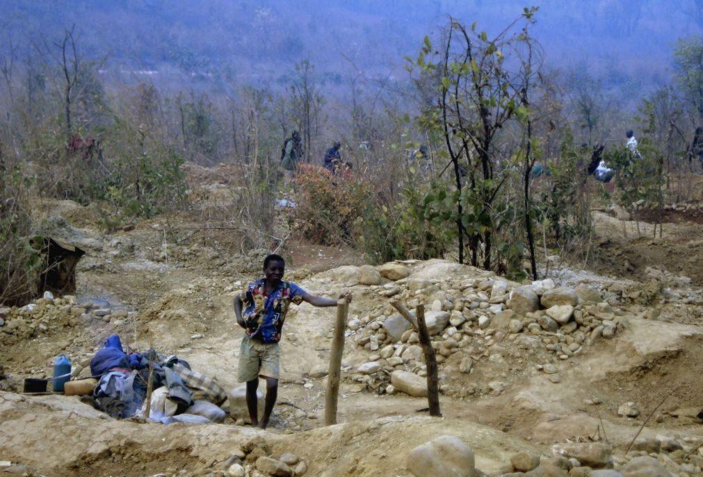 Autoridades moçambicanas apreendem nove toneladas de pedras semipreciosas