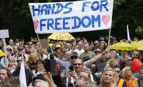 Duas manifestações ilegais coincidem num parque em Bruxelas em simultâneo